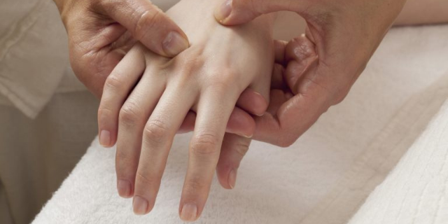 Mains douloureuses à cause de l'arthrose